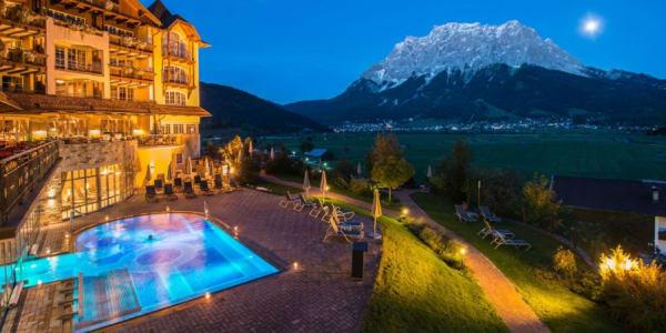 Golf und Entspannung mit Panoramablick auf die Zugspitze. (Foto: Hotel Post Lermoos)