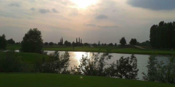 Mildes Klima und wunderschöne Golfplätze bietet die Region rund um den Gardasee.