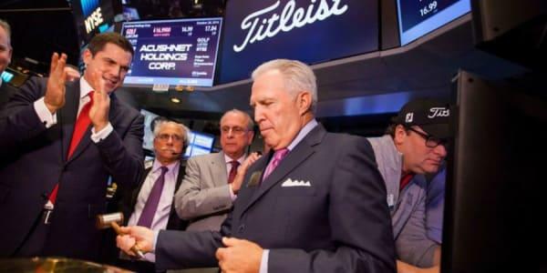 Acushnet CEO Wally Uihlein (re. vorne) eröffnete den Handel mit