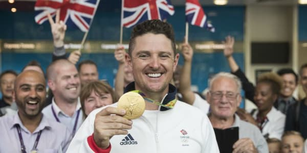 Justin Rose hat doppelt Grund zum Lachen: Zu seiner Golfmedaille bekommt er eine besondere Ehrung von der Queen. (Foto: Getty)