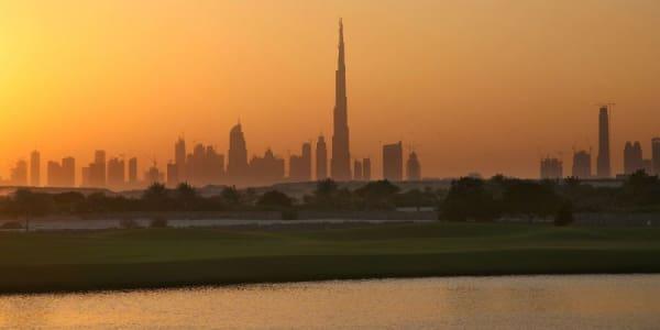 Golf in Dubai ist nicht nur bei den Profis beliebt, auch Touristen zieht es auf die zahlreichen Golfplätze am Persischen Golf.
