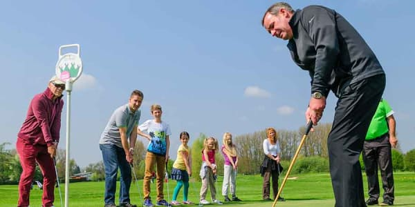 Bei der Golf-Erlebniswoche kann man einfach zum Schläger greifen und ausprobieren. (Foto: DGV/Rochau)