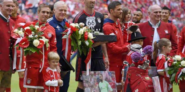 Philipp Lahm bekommt zum Abschied ein Golfbag geschenkt - natürlich im Bayern-Stil. (Foto: Twitter/@FCBayern)
