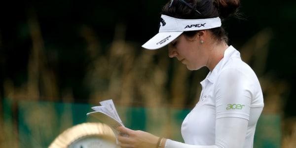 Der Blick in ihr schlaues Büchlein rettete Sandra Gal auch nicht vor dem verpassten Cut bei der KPMG Women's PGA Championship. (Foto: Getty)