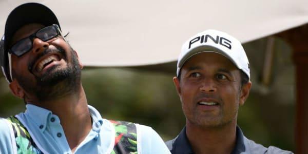 Arjun Atwal und sein Caddy scherzen zu Beginn des Moving Days der Mauritius Open. (Foto: Getty)