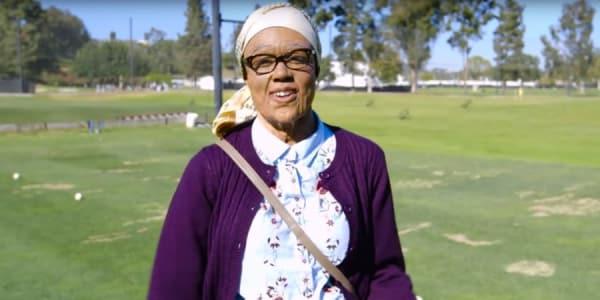 Troy Mullins, Proette auf der Long Drive Tour, in Verkleidung einer 80-Jährigen. (Foto: Screenshot Youtube.com)