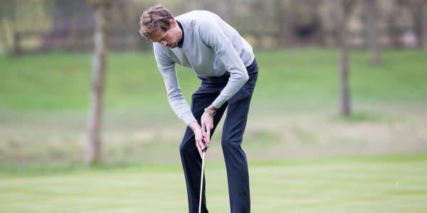 Peter Crouch mit dem Versuch seinen Putt zu lochen - komfortabel sieht die Haltung allerdings nicht aus. (Foto: twitter.com / bickstoke)
