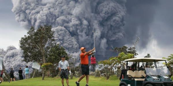 Dieser Golfer auf Hawaii lässt sich auch von einem ausbrechenden Vulkan nicht bei seiner Runde stören. (Foto: Getty)
