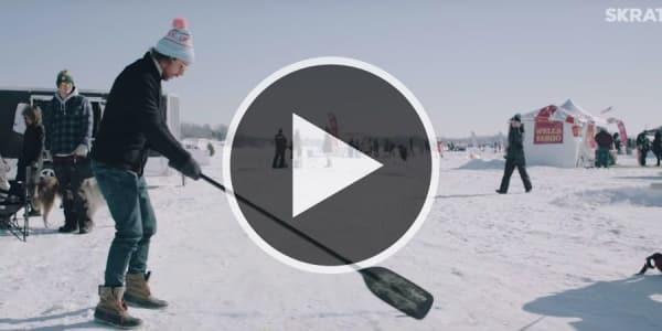 Erik Anders Lang versucht in der dritten Staffel Adventures in Golf, bei der Chilly Open mit einem Paddel abzuschlagen. (Screenshot: Youtube.com/@Skratch)