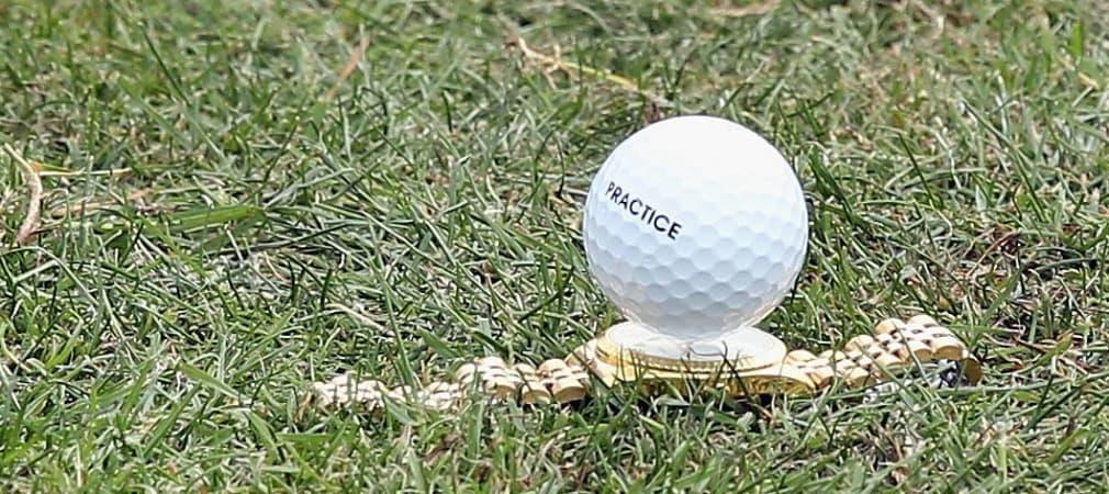 Golfball aufgeteet auf der Uhr