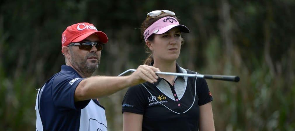 Wo geht's lang Richtung erstem LPGA-Sieg 2014? Sandra Gal's Caddie zeigt ihr den Weg, vielleicht ja schon beim Noth Texas LPGA Shootout! (Foto: Getty)