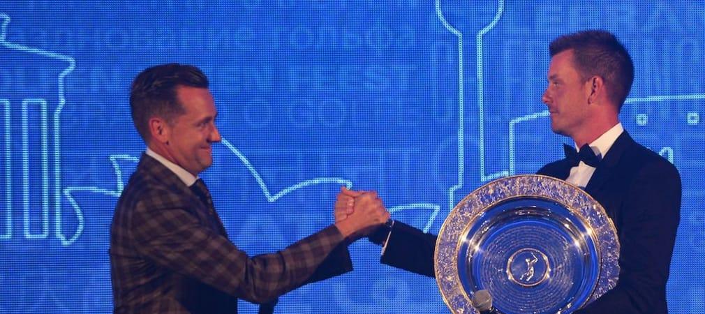 Ian Poulter überreicht Henrik Stenson die Trophäe des 2013 Players' Player of the Year Award (Foto: Getty)