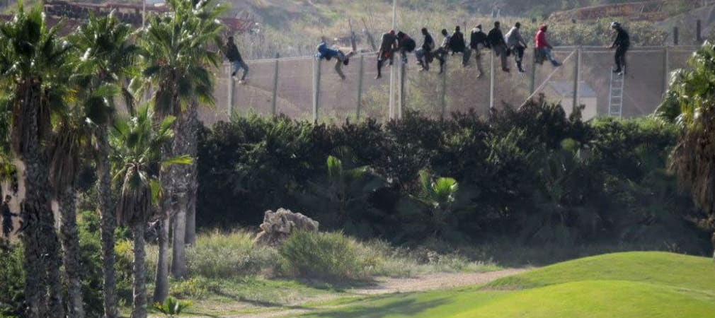 In der spanischen Enklave Melilla wird direkt neben dem hohen Zaun, der Afrika von Europa trennt, Golf gespielt.