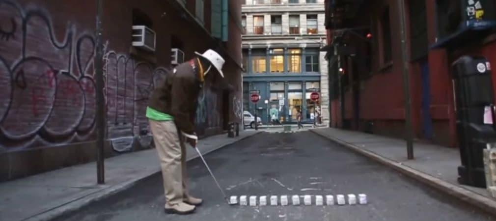 Tiger Hoods Erfindung: Milchkartons statt Golfbälle beim Streetgolf in New York City. (Foto: Screenshot)