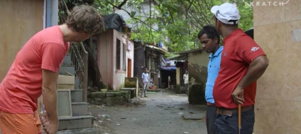 Golf wird überall auf der Welt gespielt, sogar in den Slums von Mumbai. Erik Anders Lang probiert es aus. (Screenshot: adventuresingolf.skratchtv.com)