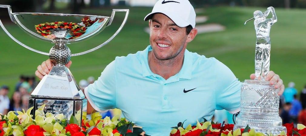 Rory McIlroy verdient sich gleich zwei Trophäen: Den FedExCup und den Pokal der Tour Championship. (Foto: Getty)