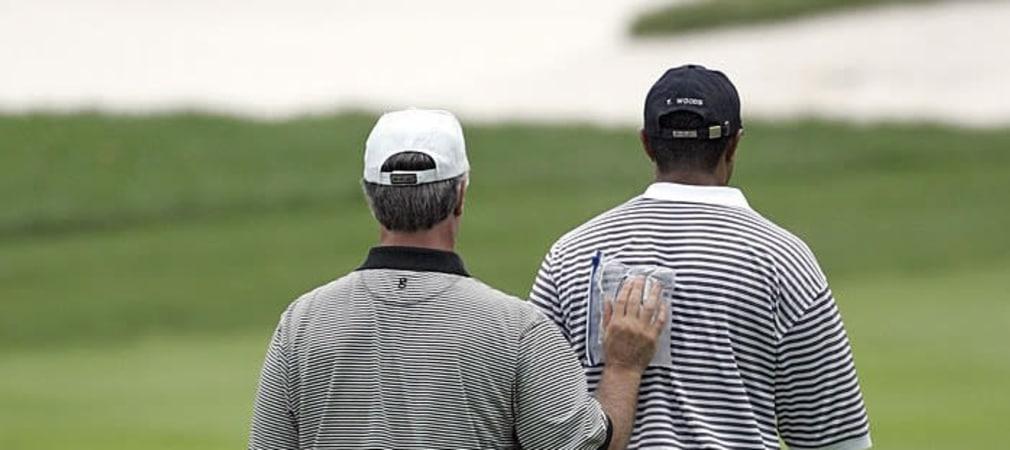 Tiger Woods (r) bekommt zur Linderung ein Kuehlpaket auf den Ruecken. (Foto: Getty)