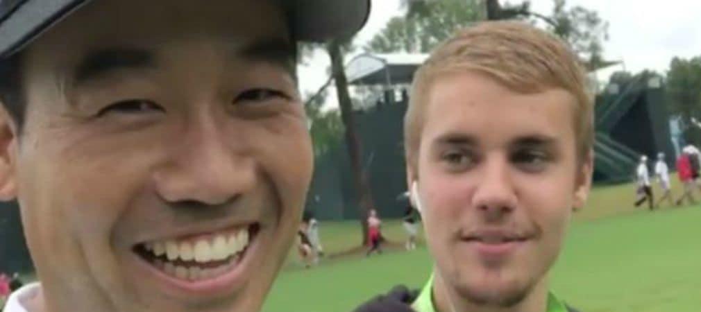 Kevin Na und Wesley Bryan rappen mit Justin Bieber über dem Platz des Quail Hollow Golf Clubs. (Foto: Twitter@Thescore)
