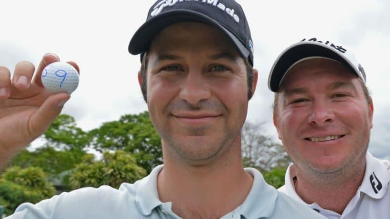Jorge Campillo aus Spanien (l.) und der Südafrikaner Colin Nel halten stolz ihre Bälle mit der