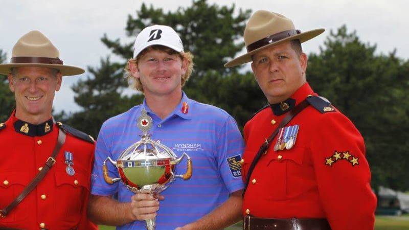 Mit dem Pokal zwischen den Mountys - Brandt Snedeker will den Pott beid er Canadian Open 2014 verteidigen. (Foto: Getty)