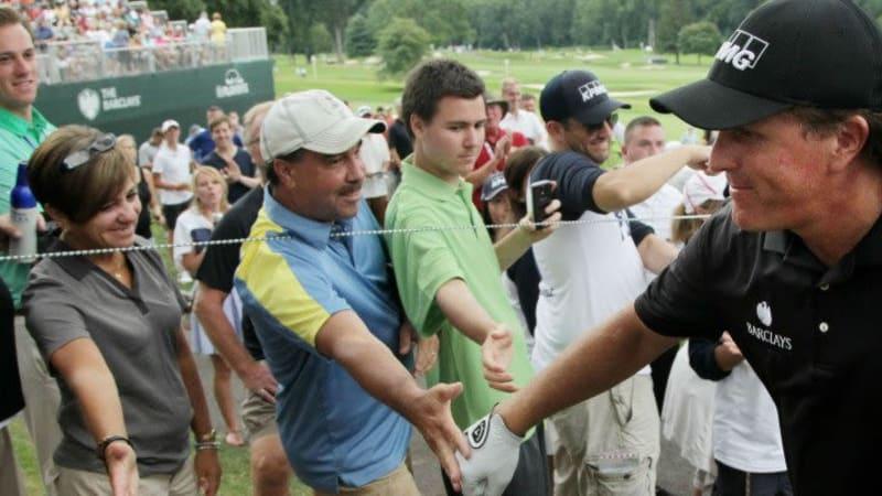 Phil Mickelson machte zweimal einen Ausflug auf die Zuschauertribüne um einen verirrten Ball wieder auf Kurs zu bringen. (Foto: Getty)