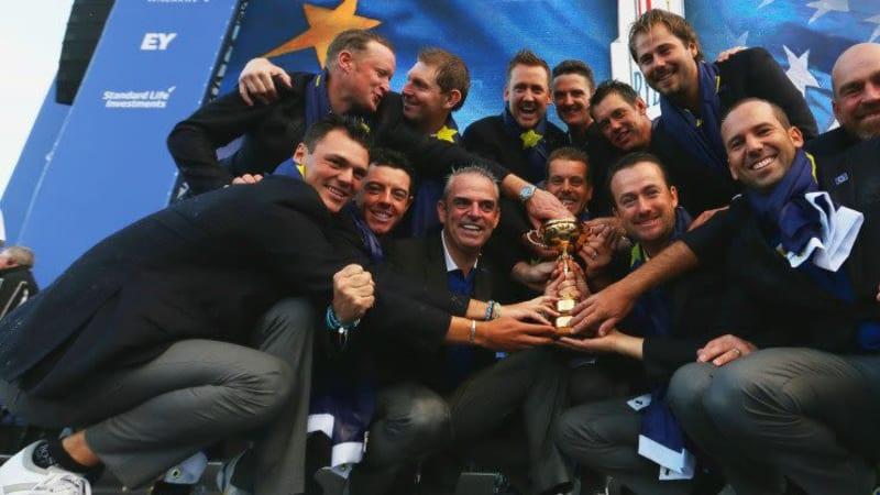 So sehen Sieger aus! Das erfolgreiche Team Europa mit der Trophäe nach der Abschlussfeier des Ryder Cups.