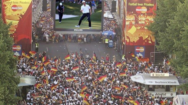 Für Fußballfans ein Alltag für Golffans eine Neuheit: Public Viewing.