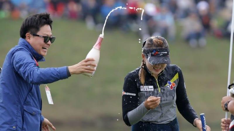 Mit erst 19-Jahren gewinnt Kyu Yung Baek die HanaBankChampionship und feiert damit ihren ersten Sieg auf der LPGA Tour. (Foto: Getty)