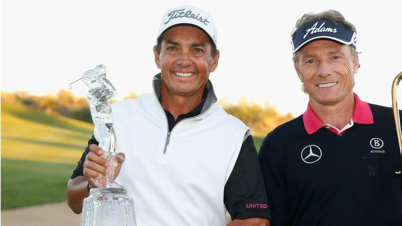 So sehen Sieger aus! Tom Pernice Jr. (l.) als Sieger der abschließenden Charles Schwab Cup Championship und Bernhard Langer mit dem Pokal für den Sieg in der Saisonwertung der Champions Tour.