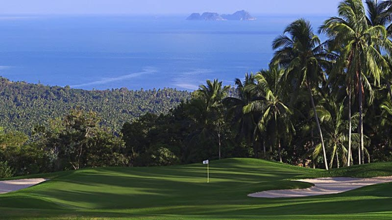 Das 16. Loch des Santiburi Samui Country Clubs bietet eine atemberaubende Sicht über den Dschungel bis hin zum Golf von Thailand.