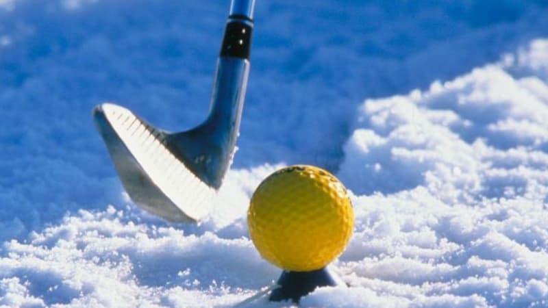 Golfen mal anders - nicht mit angenehmen Temperaturen und weißen Bällen, sondern bei Schnee und Eis mit farbigen Bällen.