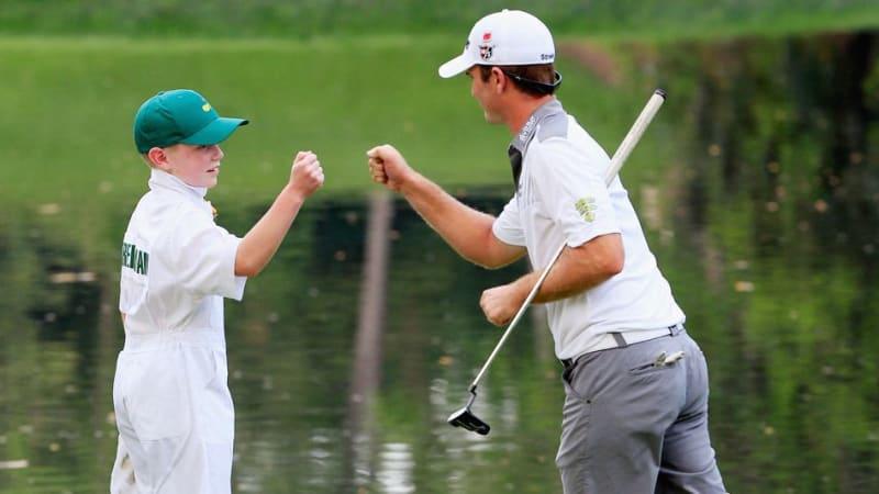 Kevin Streelmann und der 13-jährige Ethan Couch freuen sich über ihren Sieg im Playoff des Par-3-Contests. (Foto: Getty)