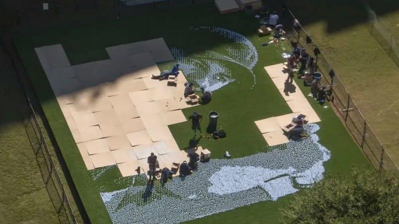 Von einer Aussichtsplattform können Besucher das riesige Mosaik von Jordan Spieth bewundern. (Foto: Screenshot)