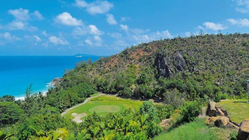 Traumhafter Ausblick vom Abschlag: Das 15. Grün mit der Bucht