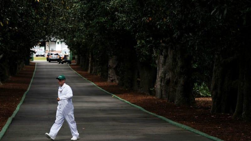 Die Zufahrt zum Augusta National Club, die Magnolia Lane, ist die letzte Hürde auf dem Weg zum Masters und in eine sagenumwobene Welt. (Foto: Getty)