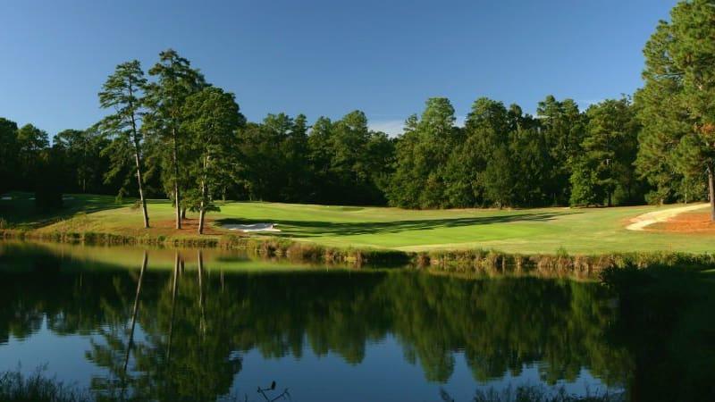 Malerisch spiegelt sich die Landschaft des Palmetto Golf Club im Wasser. (Foto: Getty)