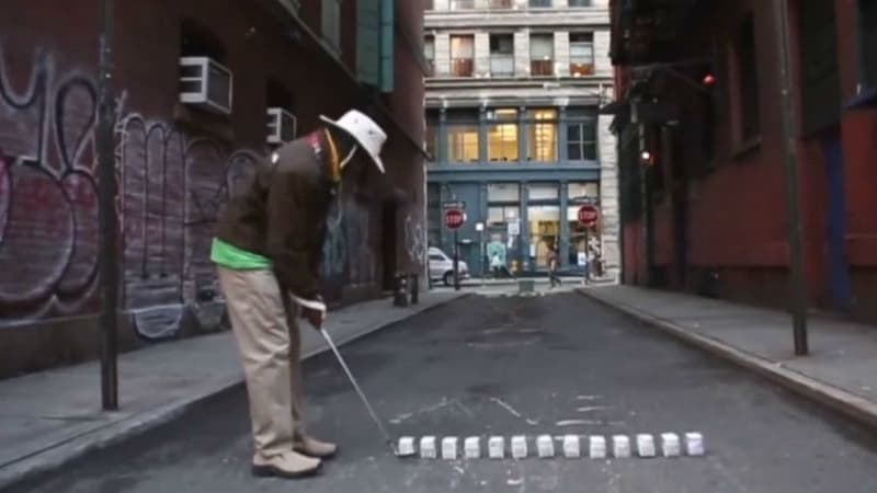 Tiger Hoods Erfindung: Milchkartons statt Golfbälle beim Streetgolf in New York City. (Foto: Screenshot)