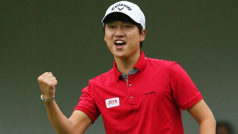 Jeunghun Wang holt sich den Trumph auf dem Grün. Ein Blick ins Bag. (Foto: Getty)