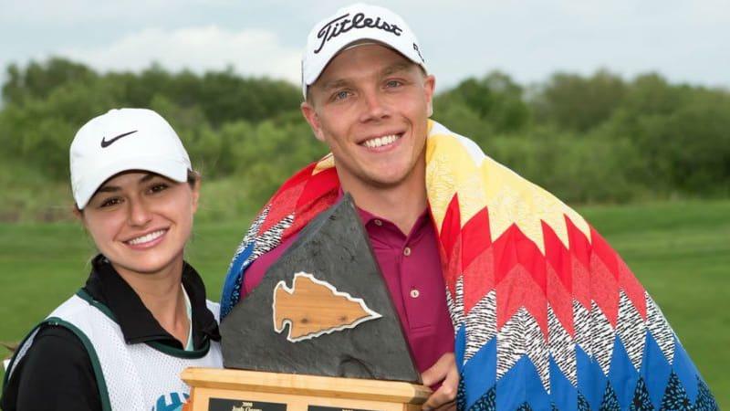 Max Rottluff mit der Trophäe der Dunes Open neben seiner Freundin, die bei seinem ersten Profisieg ebenfalls Caddie war. (Foto: Twitter.com @PGATourCanada)