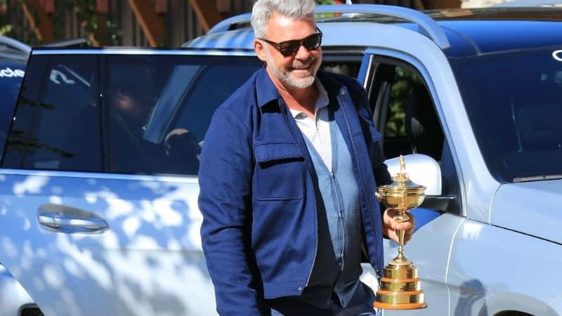 Mit breitem Grinsen und Trophäe hält Darren Clarke Einzug in Hazeltine. Hat der europäische Ryder-Cup-Kapitän auch am Ende der Woche noch ein Lachen auf den Lippen? (Foto: Getty)