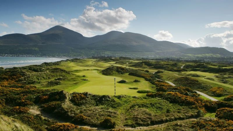 Der Royal County Down Golf Club in Nordirland ist von