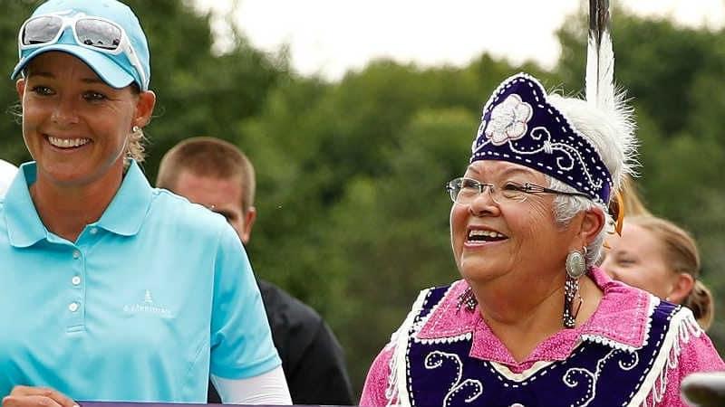 Katherine Kirk wird von einer Ureinwohnerin beglückwünscht. (Foto: Getty)