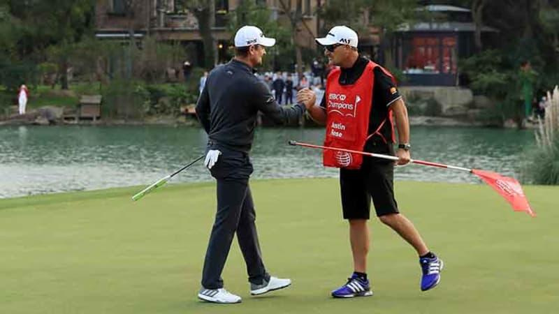 Justin Rose feiert mit seinem Caddie den Gewinn der WGC - HSBC Champions. (Foto: Getty)