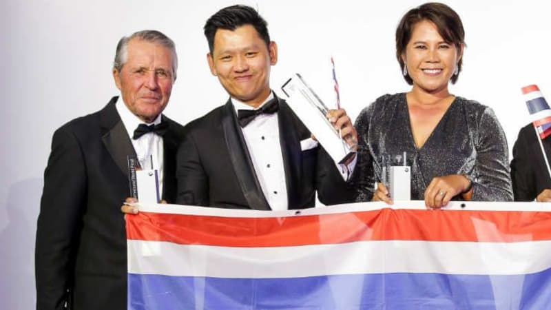 Golflegende Gary Player gratuliert dem Siegerteam aus Thailand zum Sieg des BMW Golf Cup International 2017. (Foto: BMW Golfsport)