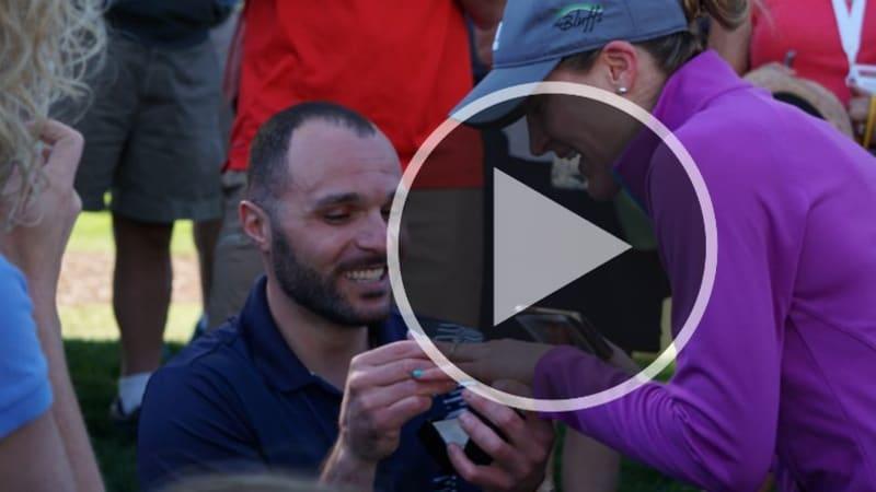 Justin Thomas wird Teil eines Heiratsantrages beim Pro-Am der Wells Fargo Championship auf der PGA Tour. (Foto: Twitter.com/@PGATOUR)