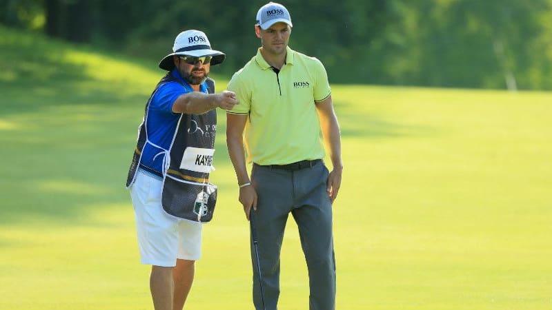 Craig Connelly zeigt Martin Kaymer die richtige Richtung. (Foto: Getty)