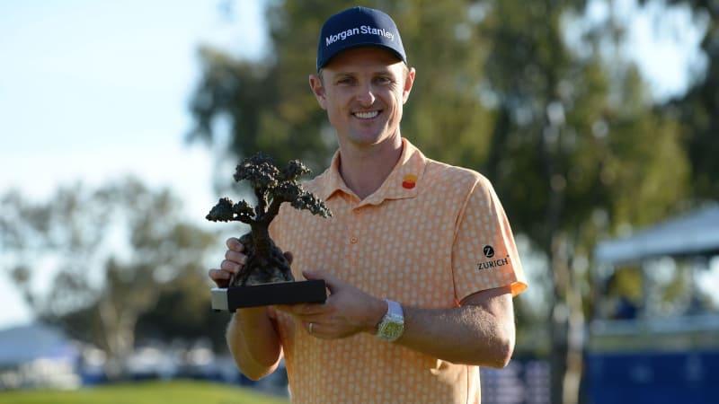 Glücklich und stolz hält Justin Rose den Pokal der Farmers Insurance Open hoch. Es ist sein zehnter Sieg auf der PGA Tour. (Foto: Getty)
