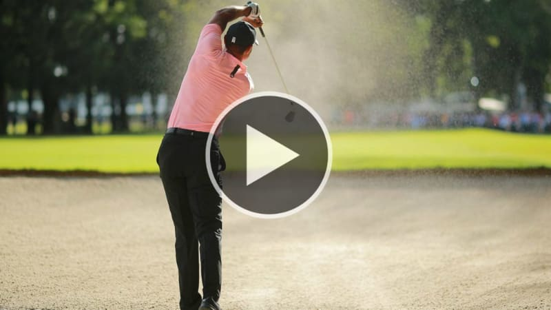 Tiger Woods lässt seine Bunkermagie walten. (Foto: Twitter.com/@GolfDigest)