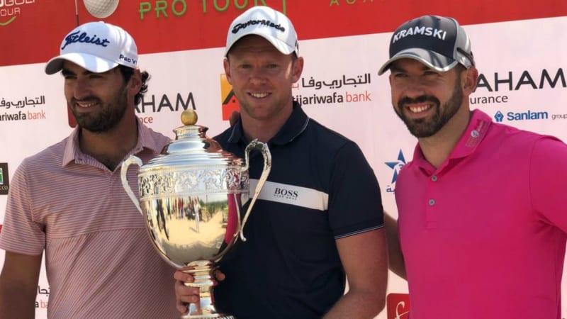 James Wilson (m.) gewinnt die Ocean Open der Pro Golf Tour vor Antoine Rozner (l.) und Allen John. (Foto: ProGolfTour)