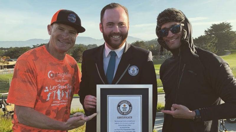 Was für ein Rekord? Der Amerikaner Eric Byrnes posiert mit seiner Weltrekord-Urkunde. (Bildquelle: Twitter)